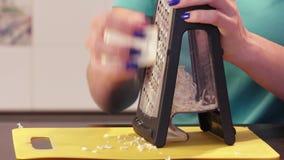 Het verscheuren van kaas op rasp stock videobeelden