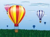 Het verschillende hete luchtballons vliegen Stock Afbeeldingen