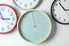 Het verschillende mooie klokken hangen royalty-vrije stock afbeelding