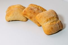 Het verse brood van de gluten vrije die korrel met zaden op witte achtergrond worden geïsoleerd stock afbeeldingen