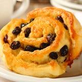 Het verse broodje van de gluten vrije zoete werveling met rozijnen Stock Afbeeldingen