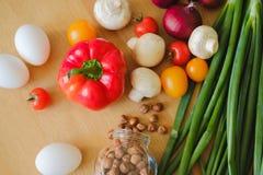 Het verse en smakelijke voedsel is op de lijst stock foto
