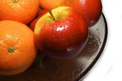 Het verse fruit op een kom glas met water-dropps-geeft water royalty-vrije stock afbeeldingen