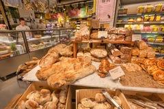 Het verse gebakken brood maakte van tarwe, rogge, ecologische graangewassen voor verkoop in natuurlijke voedingopslag Stock Foto