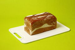 Het verse gezonde gehele brood van de korrelrogge op groen Royalty-vrije Stock Afbeeldingen