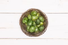Het verse groene minifruit van de babykiwi op grijs hout royalty-vrije stock afbeeldingen