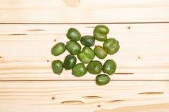 Het verse groene minifruit van de babykiwi op natuurlijk hout royalty-vrije stock afbeelding