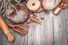Het verse knapperige broden bakken van brood en Royalty-vrije Stock Foto