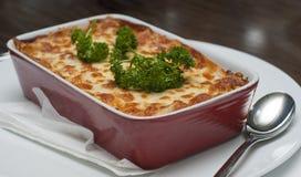 Het verse lasagna'sschotel dienen met versiert royalty-vrije stock foto's
