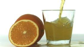 Het verse oranje gieten in een glas stock videobeelden
