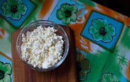 Het verse organische met de hand gemaakte kaas hangen in kaasdoek en uitstekende plaat Stock Fotografie