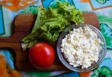 Het verse organische met de hand gemaakte kaas hangen in kaasdoek en uitstekende plaat Royalty-vrije Stock Afbeeldingen
