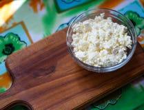 Het verse organische met de hand gemaakte kaas hangen in kaasdoek en uitstekende plaat Stock Foto's
