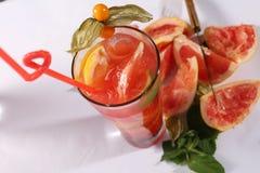 Het verse sap van de grapefruit Stock Foto's
