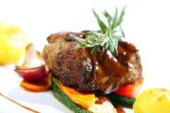 Het verse smakelijke vlees met gastronomisch versiert stock fotografie