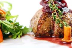 Het verse smakelijke vlees met gastronomisch versiert Royalty-vrije Stock Afbeeldingen