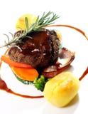 Het verse smakelijke vlees met gastronomisch versiert stock foto
