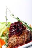 Het verse smakelijke vlees met gastronomisch versiert royalty-vrije stock foto