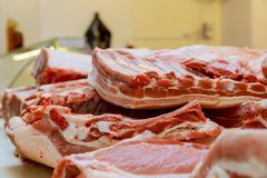 Het verse varkensvlees wordt verkocht in de verse markt Royalty-vrije Stock Foto's