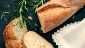 Het verse witte brood, de hoogste mening van Franse baguette en de zon flakkeren in de ochtend stock videobeelden