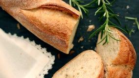 Het verse witte brood, de hoogste mening van Franse baguette en de zon flakkeren in de ochtend stock footage