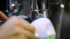Het verse zwarte koffie gieten van professionele machineautomaat in kop stock footage