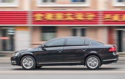 Het versnellen van zwart VW Passat in Dalian, China Stock Afbeelding