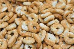 Het verspreiden zich van droge smakelijke gebruinde koekjes Royalty-vrije Stock Afbeelding