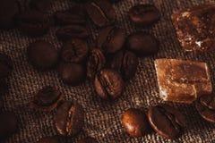 Het verspreiden zich van koffiebonen en suiker royalty-vrije stock foto's