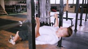 Het versterken van spieren van achterborst stock footage