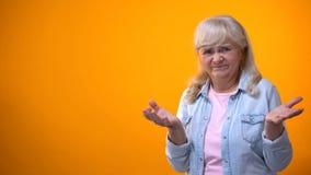 Het verstoorde gebaar van de gepensioneerden vrouwelijke tonende teleurstelling, consumentenrechtenschending stock foto