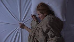 Het verstoorde vrouw schreeuwen die in bed, samenpersend blad, pijn liggen van vriendverlies stock videobeelden