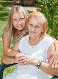 Het verstrekken van hulp en zorg voor bejaarden Stock Foto