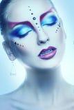 Het verticale portret van cutievrouw met veelkleurig maakt omhoog in nagel Stock Fotografie