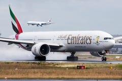 Het vertrek van het de passagiersvliegtuig van Emirates Airlines Boeing 777-300ER a6-EGP bij de luchthaven van Frankfurt royalty-vrije stock afbeeldingen