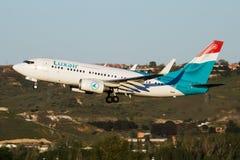 Het vertrek van het de passagiersvliegtuig van Luxair Boeing 737-700 lx-LGS bij de Luchthaven van Madrid Barajas royalty-vrije stock afbeeldingen