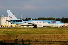 Het vertrek van het de passagiersvliegtuig van TUI Airlines Belgium Boeing 737-800 oo-JAU bij de Luchthaven van Luik stock fotografie
