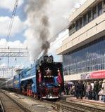 Het vertrek van een passagierstrein met een stoom voortbewegingsp 3 Royalty-vrije Stock Fotografie