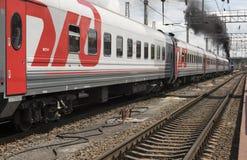 Het vertrek van een passagierstrein met een stoom voortbewegingsp 3 Royalty-vrije Stock Afbeelding