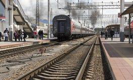 Het vertrek van een passagierstrein met een stoom voortbewegingsp 36 Stock Afbeelding