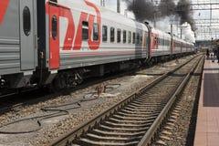 Het vertrek van een passagierstrein met een stoom voortbewegingsp 3 Royalty-vrije Stock Foto's