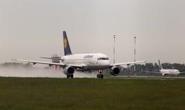 Het vertrekken Lufthansa Luchtbusa319-100 vliegtuigen in de regenachtige dag Royalty-vrije Stock Foto