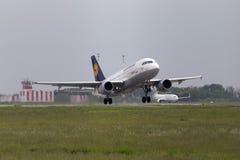 Het vertrekken Lufthansa Luchtbusa319-100 vliegtuigen in de regenachtige dag Royalty-vrije Stock Foto's