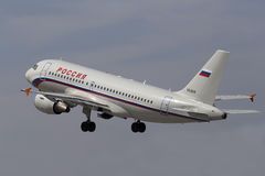 Het vertrekken Rossiya - de Russische vliegtuigen van de Luchtvaartlijnenluchtbus A319-111 Royalty-vrije Stock Afbeeldingen