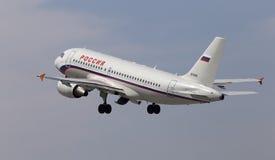 Het vertrekken Rossiya - de Russische vliegtuigen van de Luchtvaartlijnenluchtbus A319-111 Stock Fotografie