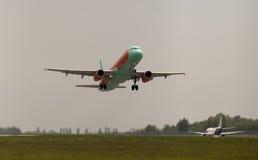 Het vertrekken WindRose Luchtbusa320-231 vliegtuigen in de regenachtige dag Stock Foto