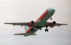 Het vertrekken WindRose Luchtbusa320-231 vliegtuigen in de regenachtige dag Stock Fotografie