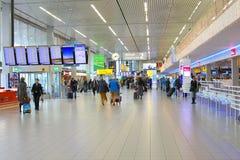 Het Vertrekzaal 2, Schiphol Luchthaven van reizigersbagage Stock Foto's