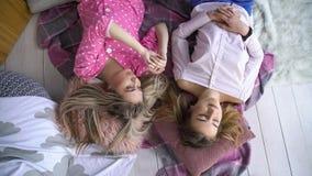 Het vertrouwen die van de vriendenvrije tijd geheim meisjestijdverdrijf delen royalty-vrije stock foto