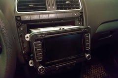 Het vervangen van de hoofdeenheid van verschillende media in de auto voor reparatie Verbetering van het apparaat om de functional royalty-vrije stock afbeelding